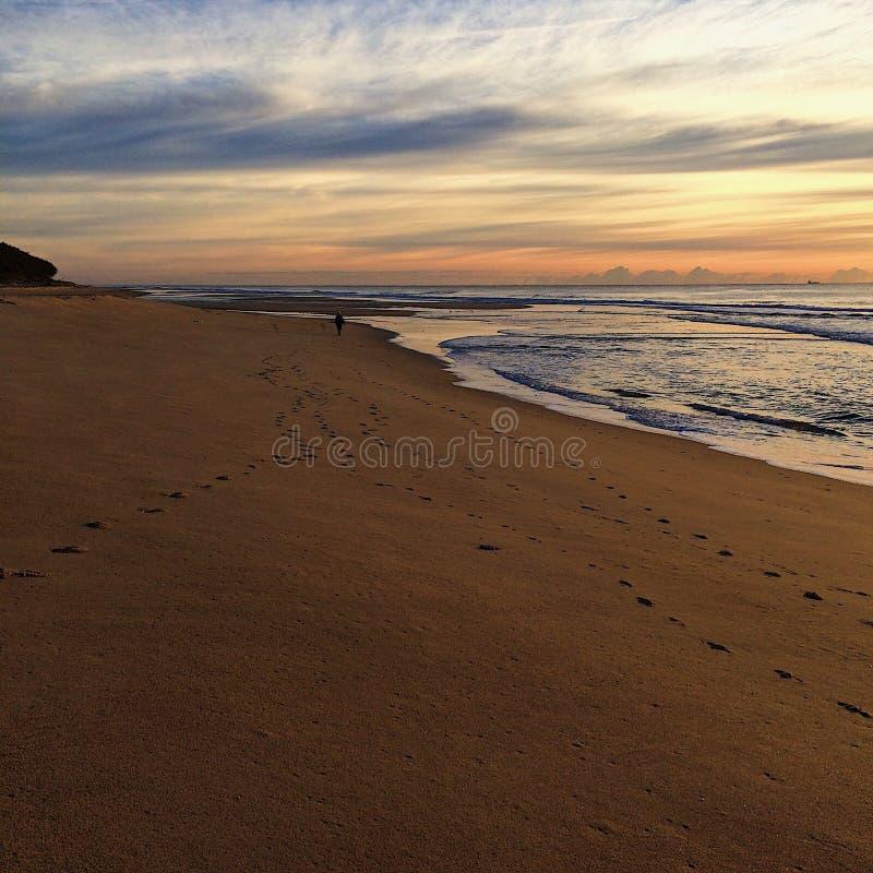 镇静冬天海滩日出地平线 免版税库存图片