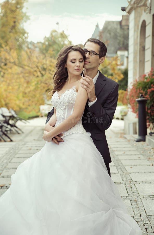 镇静和喜悦的婚礼夫妇 免版税库存照片