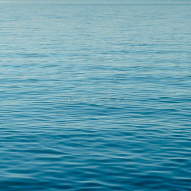 镇静大海背景与小波浪和不尽的波纹的 免版税图库摄影