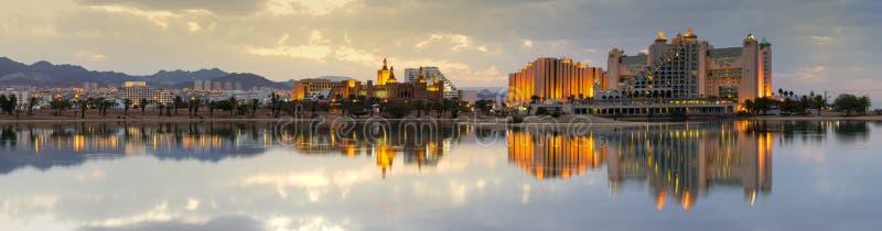 镇静天气在埃拉特-著名游览城市盐水湖在以色列 免版税库存照片