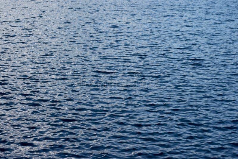 镇静水,强的蓝色 库存图片