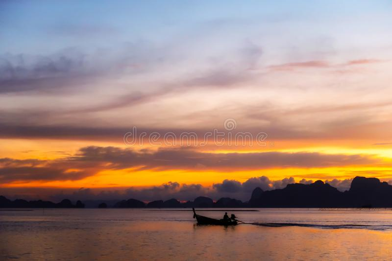 镇静海洋&公海有暮色天空&剪影渔船的 库存照片