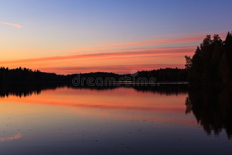 镇静湖和日落平静的看法覆盖 免版税库存照片