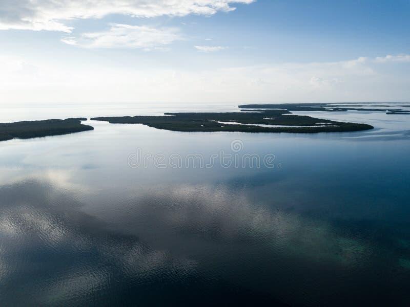 镇静盐水湖和海岛鸟瞰图在伯利兹 免版税库存照片