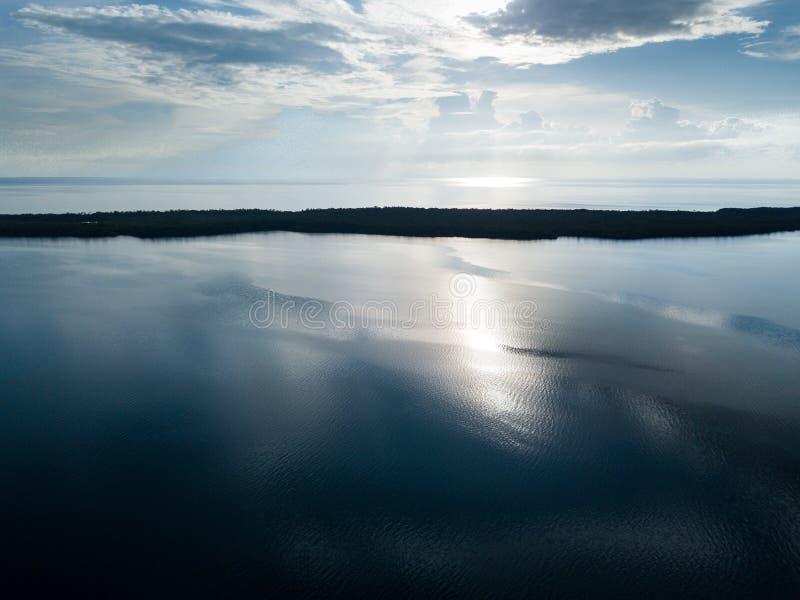 镇静盐水湖鸟瞰图在伯利兹 免版税库存图片