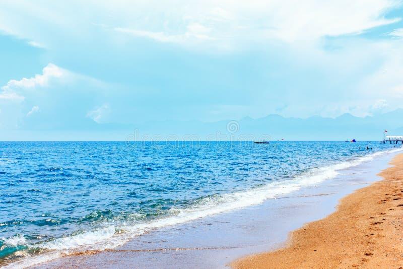 镇静蓝色地中海和黄沙 库存照片