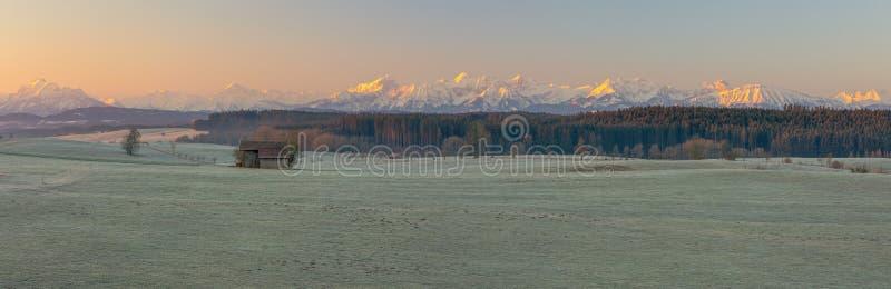 镇静Allgäu阿尔卑斯冬天日出 库存图片