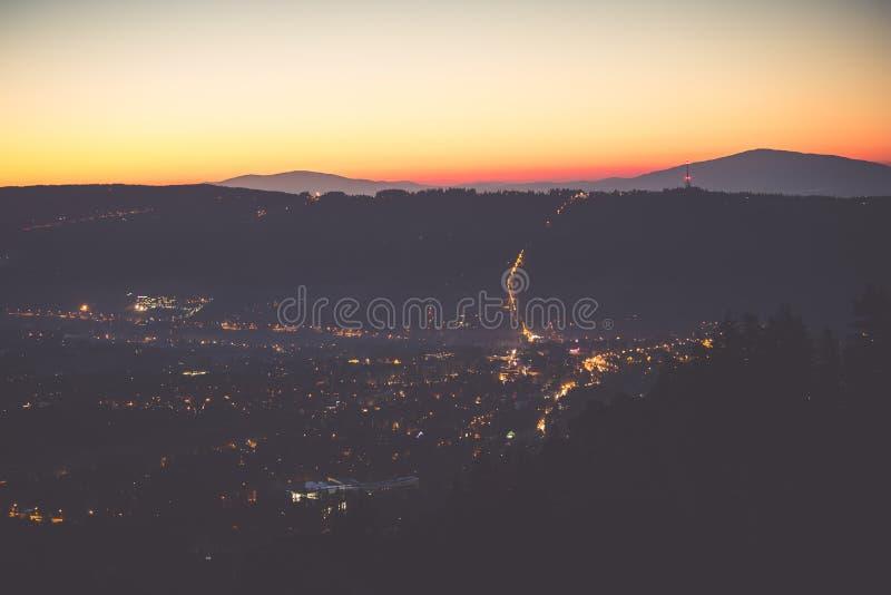 镇风景在晚上 山镇afte的鸟眼睛视图 库存图片