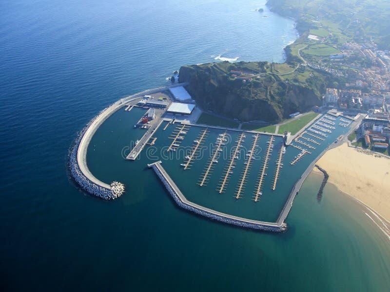 镇鸟瞰图西班牙的北海岸的 您能看到海滩,海湾,捕鱼港口,海岛,小船 免版税图库摄影