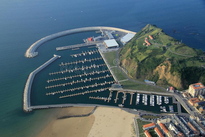 镇鸟瞰图西班牙的北海岸的 您能看到海滩,镇,捕鱼港口,小船 图库摄影