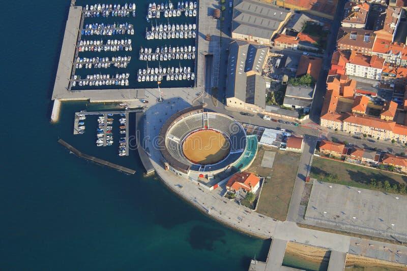 镇鸟瞰图西班牙的北部的 您能看到小游艇船坞,散步 免版税图库摄影