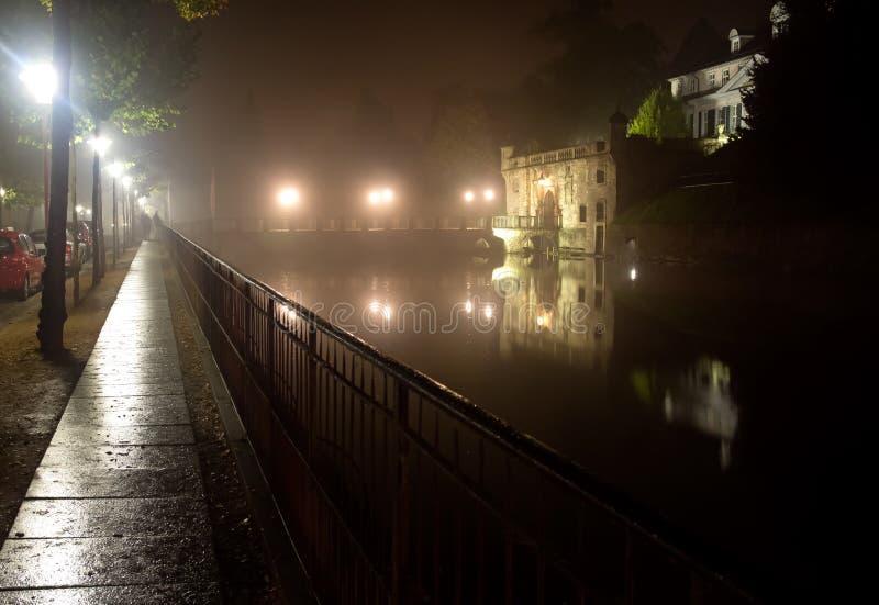 镇巴德皮尔蒙特老城堡薄雾的 库存照片