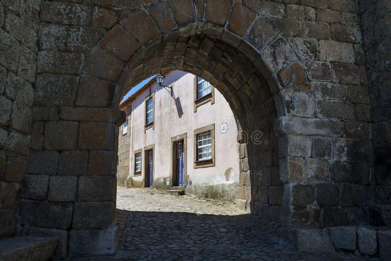 镇` s门和一个五颜六色的房子的门面在Castelo Mendo历史的村庄在葡萄牙 库存图片