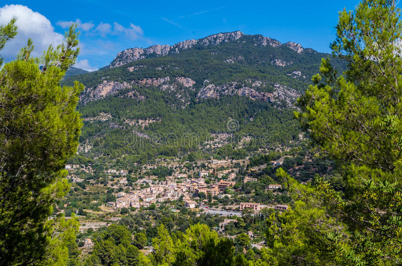 镇Estellencs的美好的全景马略卡的,西班牙 免版税库存照片