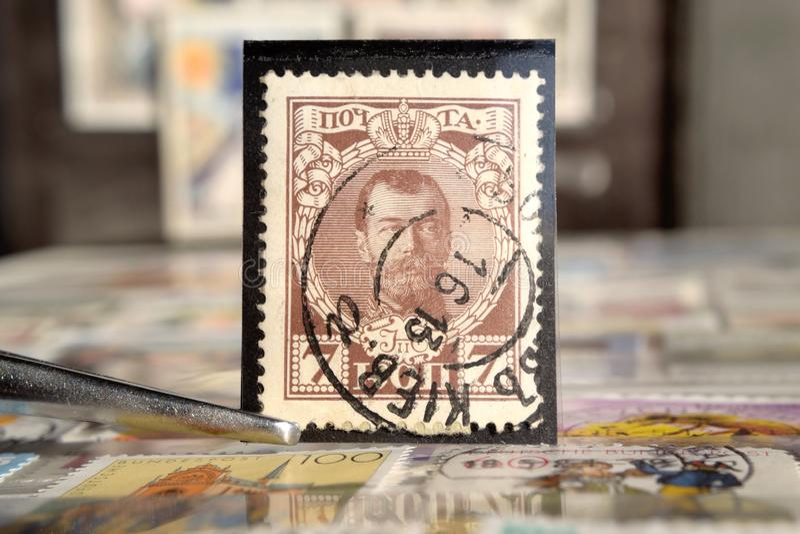 镊子拿着俄罗斯尼古拉斯的邮票第二 库存照片