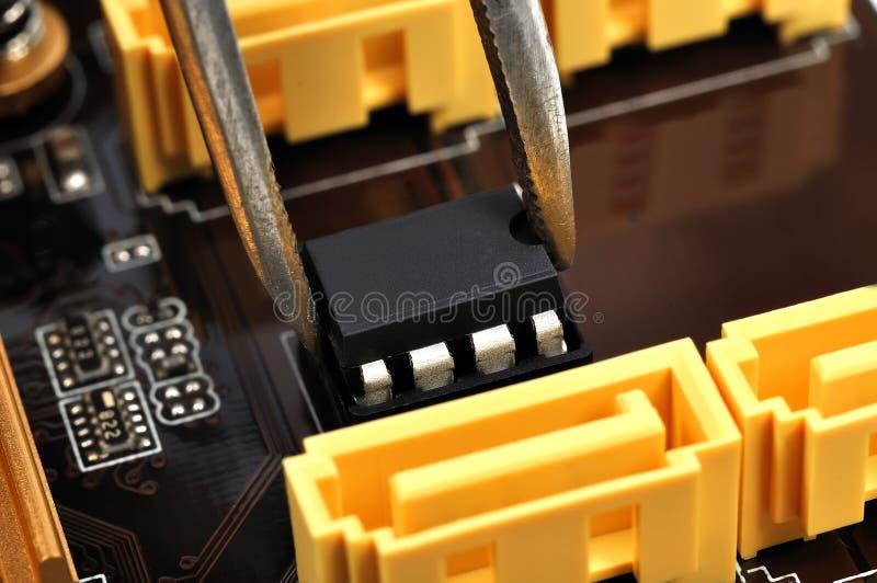 镊子插入物微集成电路 库存图片