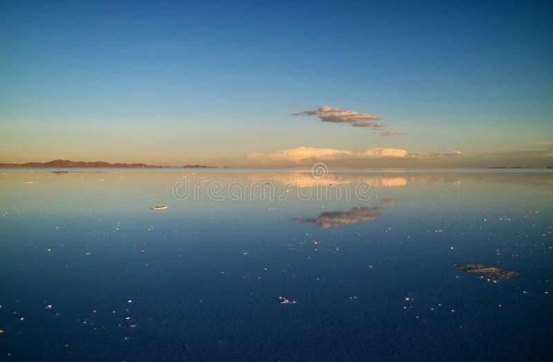 镜子作用的壮观的看法在Uyuni的盐溶玻利维亚,南美的舱内甲板或撒拉族de Uyuni 免版税库存图片