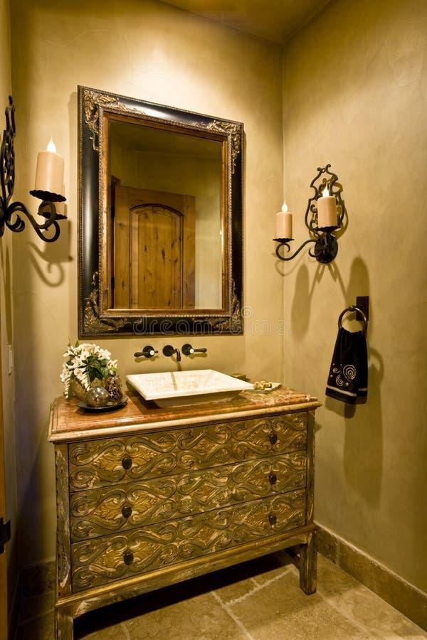 镜子和水槽在家 库存照片