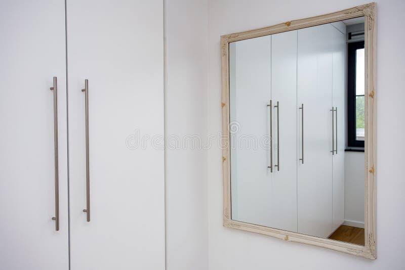 镜子在白色壁橱室,衣橱现代设计,白色和干净 免版税库存图片