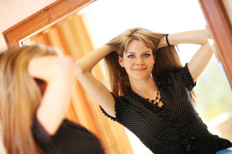 镜子妇女 免版税库存图片
