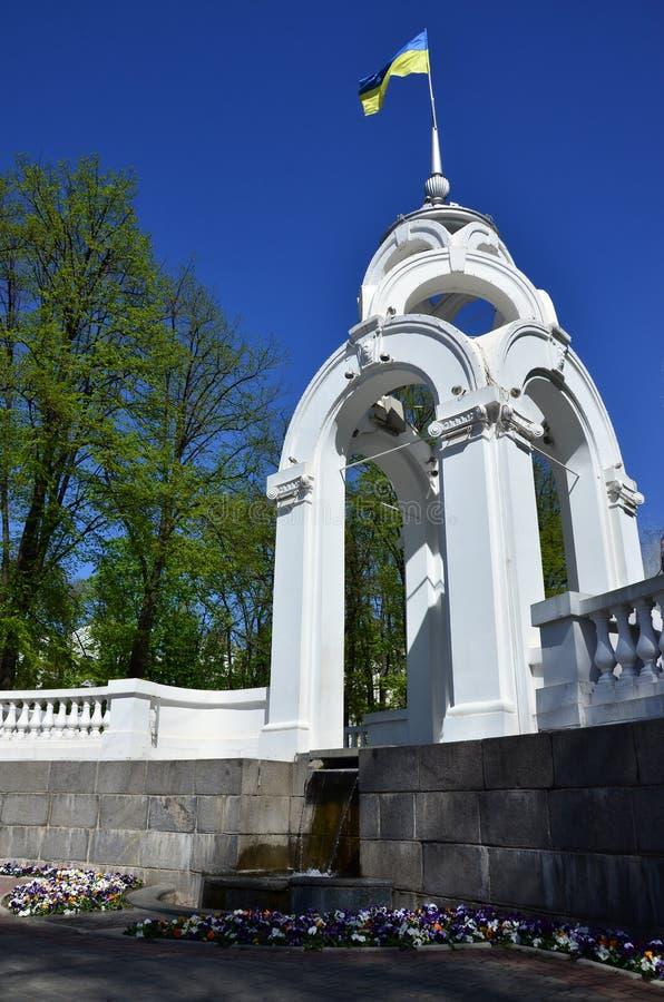 镜子小河或玻璃小河-市的第一个标志哈尔科夫,是一个亭子和一个喷泉在cit的心脏 库存照片