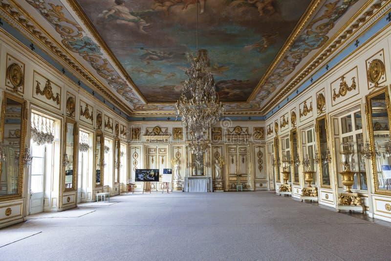镜子画廊舞厅的内部在庄园Kuskovo,计数Sheremetev前庄园的宫殿  Mosco 库存照片