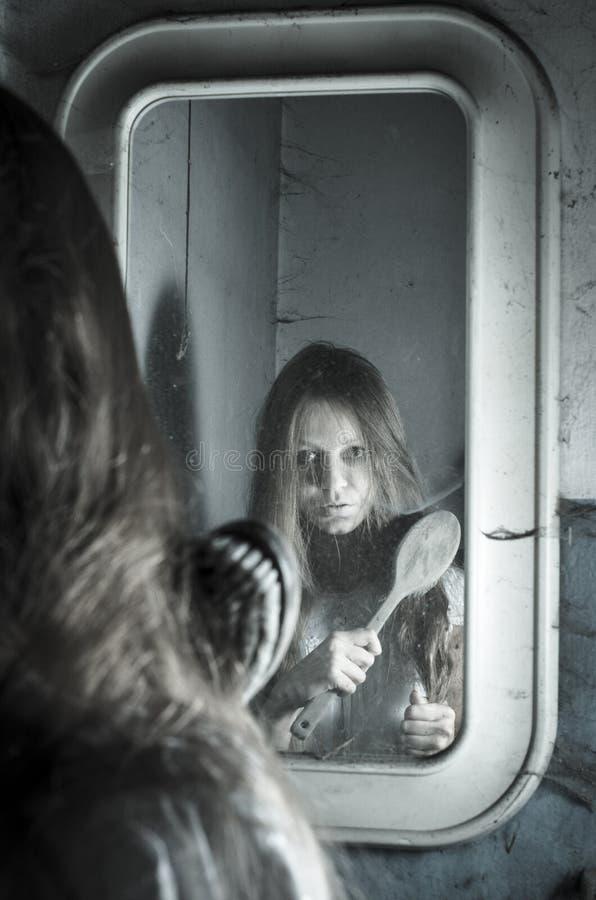 镜子的恐怖女孩 图库摄影