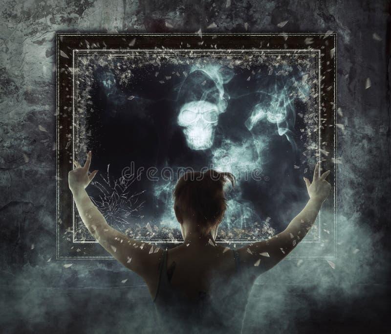 镜子 在黑暗的烟的可怕的鬼魂 库存照片