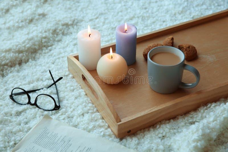 镜片临近有灼烧的蜡烛的木盘子, 库存照片