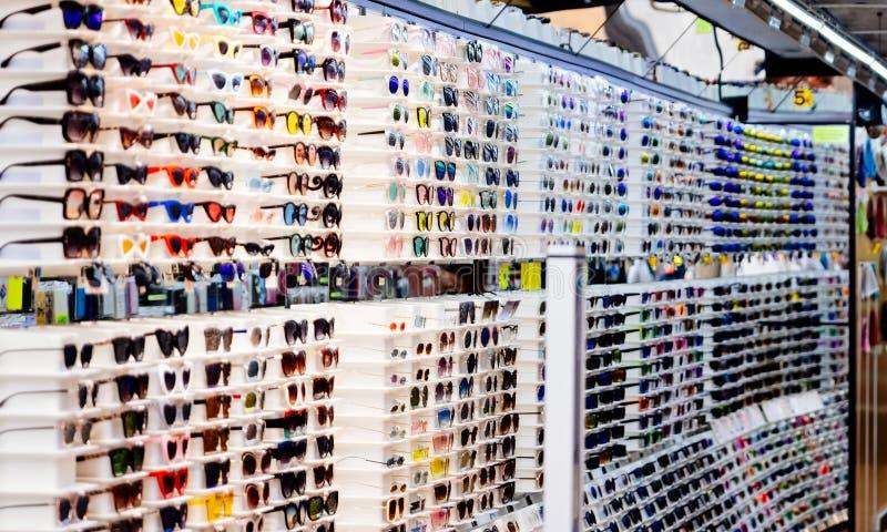 镜片和太阳镜在商店显示 免版税库存照片