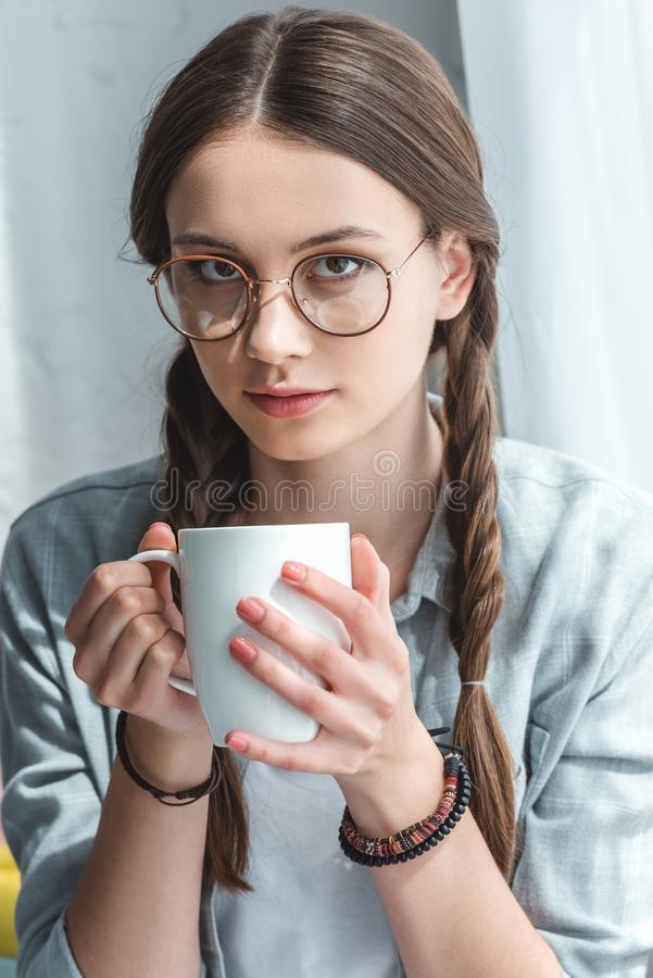 镜片的可爱的青少年的女孩 免版税库存照片