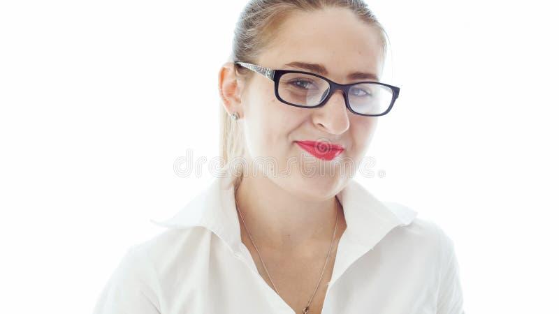 镜片的微笑秘密审议的年轻女实业家特写镜头画象  免版税库存图片
