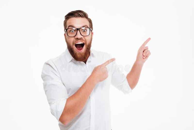 镜片的愉快的激动的有胡子的人 免版税库存图片