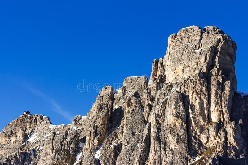 镭在登上Averau和Nuvolau前面的Gusela峰顶全景,在Passo Giau,在科蒂纳丹佩佐附近的高高山通行证,白云岩 免版税库存图片