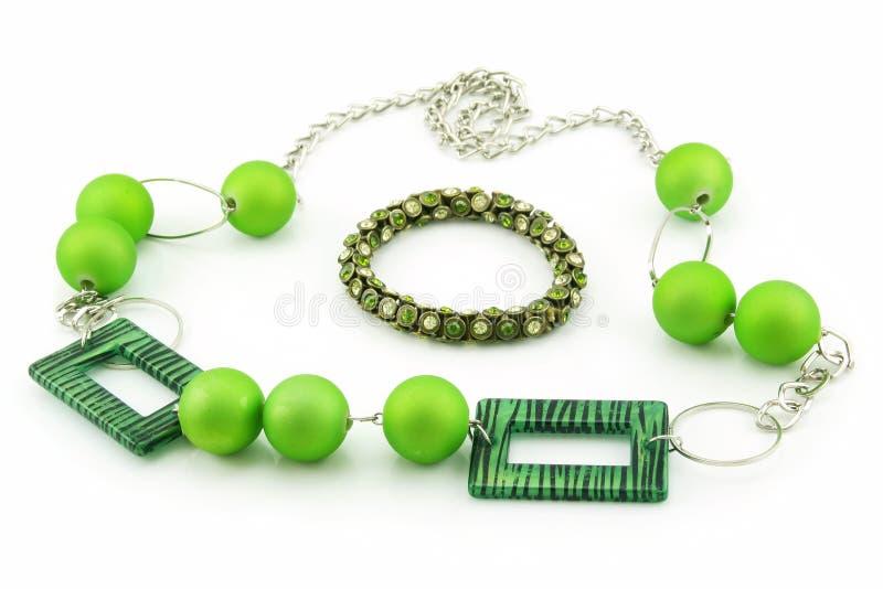 镯子绿色查出的项链白色 免版税库存照片