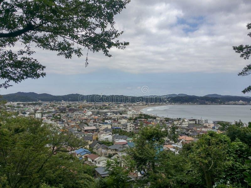 镰仓,日本, 2017年8月18日, Enoshima海湾,夏季的Enishima海岛看法  免版税库存照片