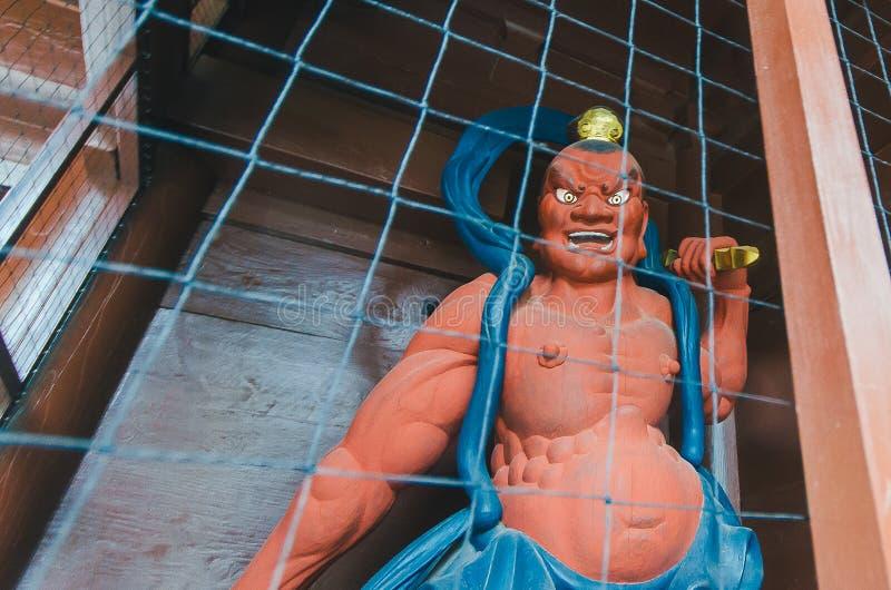 镰仓,日本2016年1月29日:kongourikishi雕象 监护人神(在寺庙门) 免版税库存照片