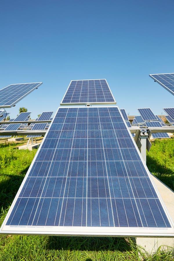 镶板太阳 力量的其来源 太阳农场 库存图片