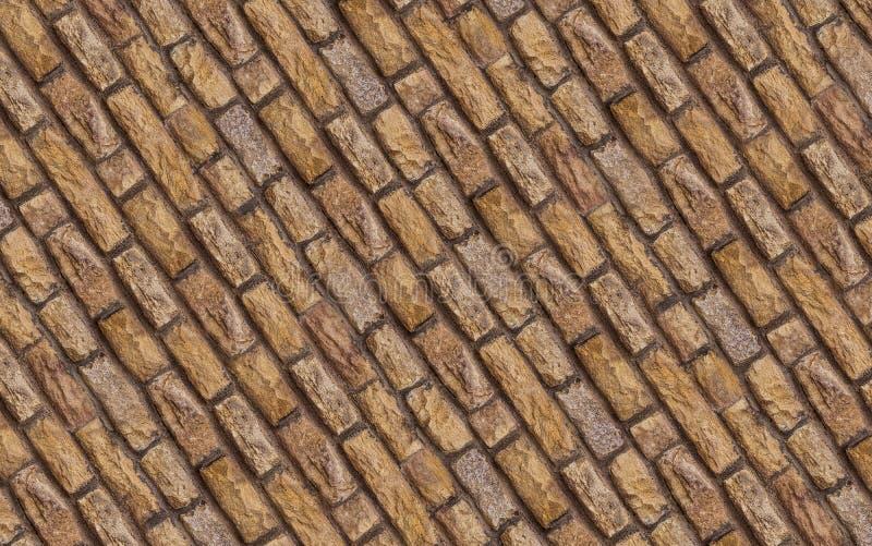 镶板米黄棕色石参差不齐的老修造的区域的块零件石灰石参差不齐的被风化的对角线被折叠的样式行  免版税库存图片