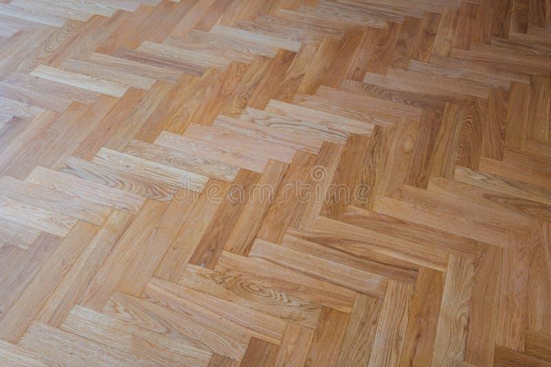 镶花地板背景-人字形木条地板地板 库存图片