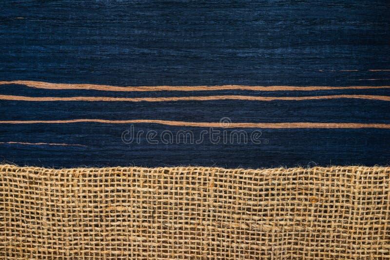 镶边与粗麻布的乌木木纹理 免版税库存图片