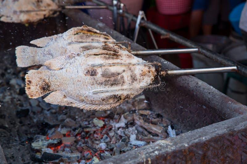 镶边的snakehead钓鱼烤与盐 与盐的石榴鱼在市场上然后烧了待售 泰国样式街道f 免版税库存图片