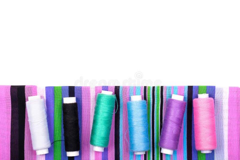 镶边织品不同颜色螺纹背景和短管轴在白色背景的 图库摄影