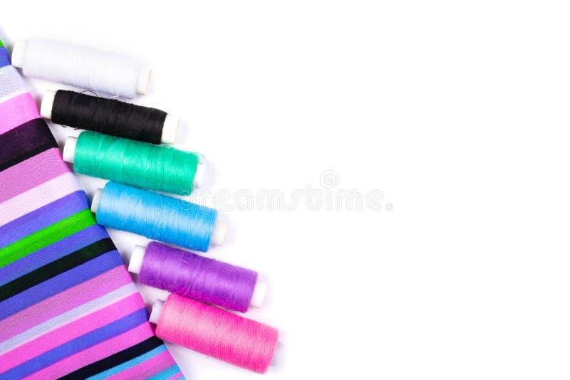 镶边织品不同颜色螺纹背景和短管轴在白色背景的 库存图片