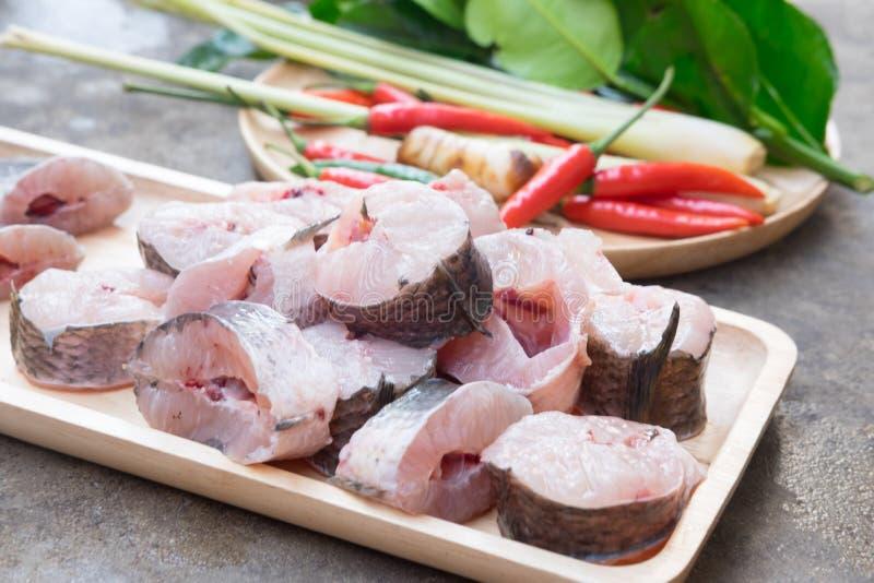 镶边snakehead鱼砍了为烹调汤姆薯类做准备 免版税图库摄影