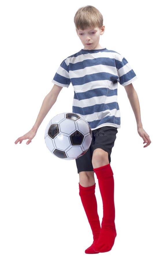 镶边T恤杉的年轻足球运动员 免版税库存照片