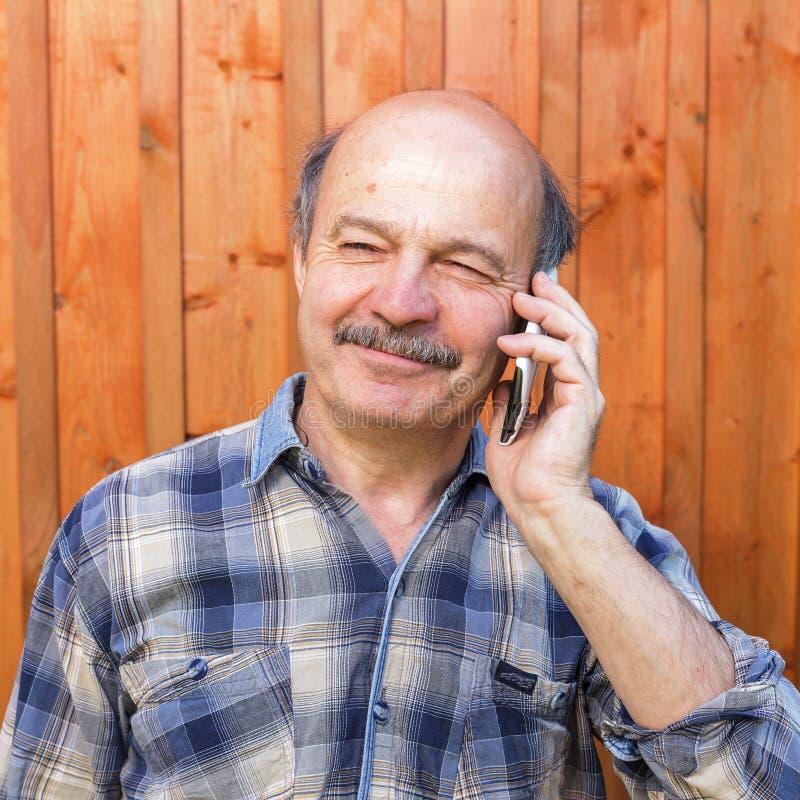 年长人谈话在电话 库存照片