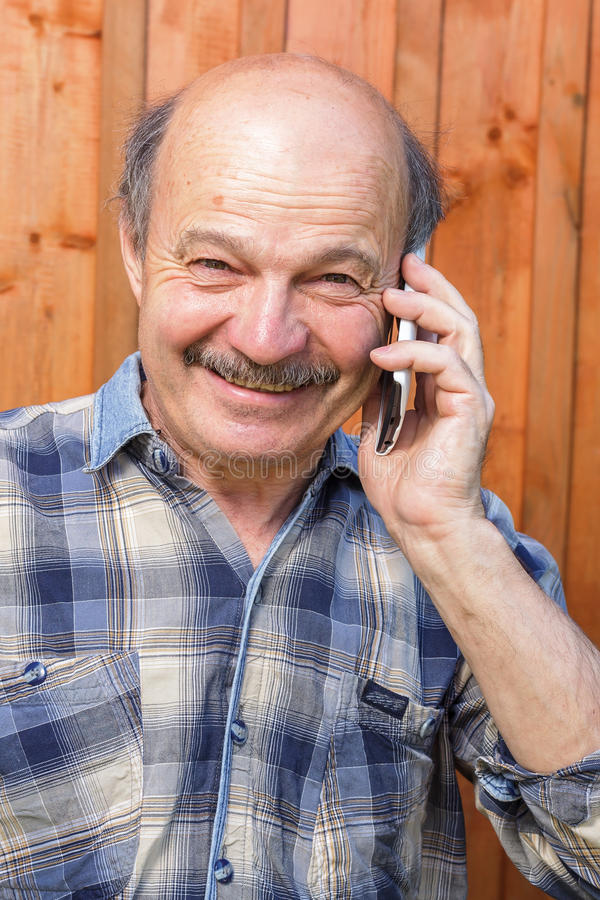 年长人谈话在电话 免版税库存图片