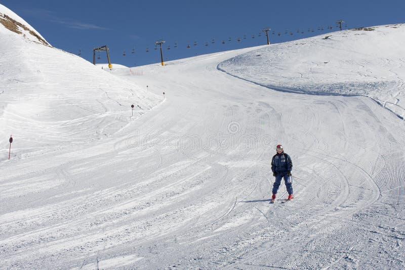年长人滑雪雪白云岩 免版税库存图片