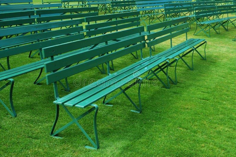 长凳倒空草绿色室外行 库存图片